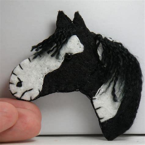 felt horse head    brooch     ornament