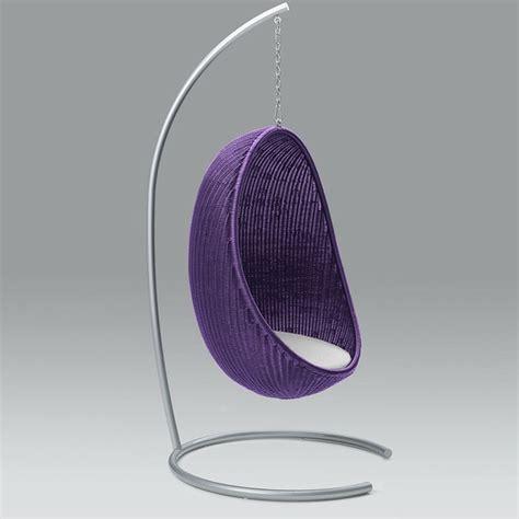 chaise suspendue en forme d oeuf par pierantonio bonacina