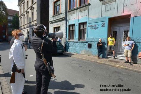 kunst gegen nazis aktionskuenstler machen irritierte