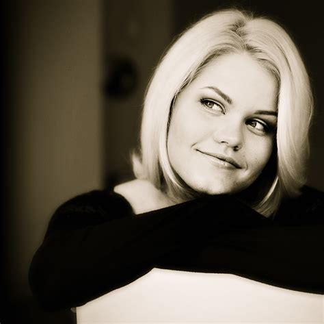 Dziedātāja Annija Putniņa iepriecina klausītājus ar jaunu ...