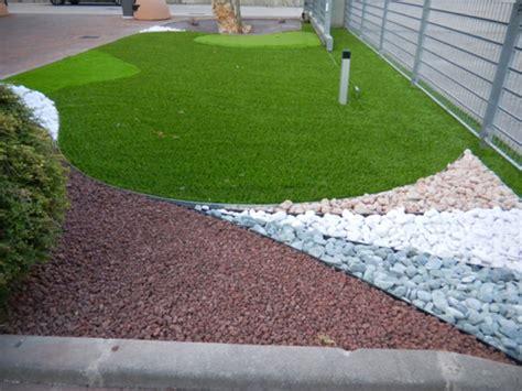 giardini con aiuole prato sintetico per giardini aziendali con bordi per le