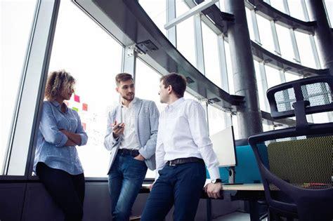 ufficio sta lavoro gruppo di giovani gente di affari e progettisti essi