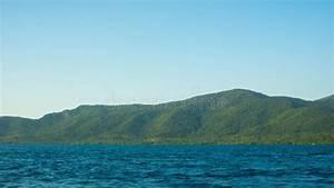 Grande Isola Con Il Mare Scuro Blu Profondo E Chiaro Cielo