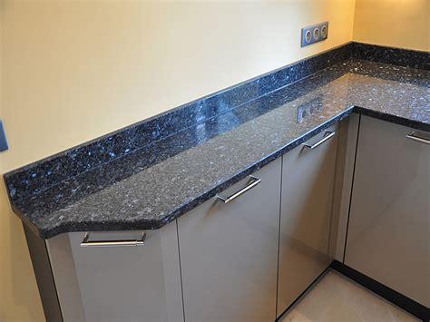 cuisine noir brillant granits déco plan de travail en granit labrador bleu