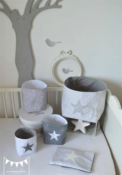 chambre bébé gris et blanc pochons rangement gris blanc argent paillette étoiles