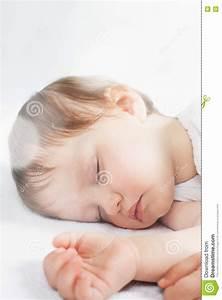Sonno Dolce Del Neonato Su Un Letto Bianco Immagine Stock