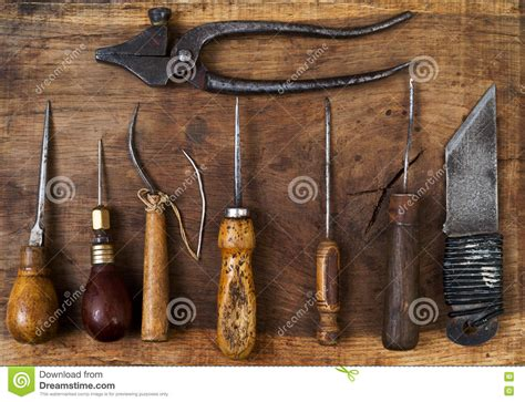 outils de bureau outils en cuir de métier sur un fond en bois bureau de