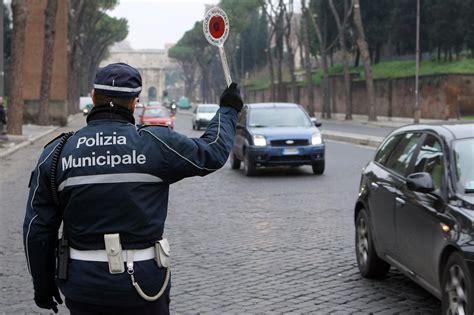 Polizia Municipale Porto Recanati by Forza Il Posto Di Blocco E Fugge Dalla Polizia Municipale