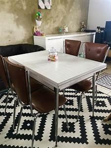 Table Avec 4 Chaises : tables en formica avec 4 chaises luckyfind ~ Teatrodelosmanantiales.com Idées de Décoration