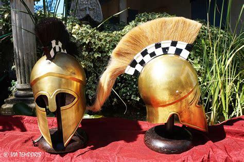cuisine grecque antique casque grec corinthien en laiton avec cimier avec base a