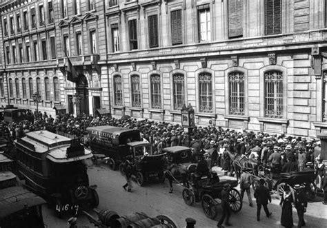 siege croix file crise monétaire 1914 foule devant la banque