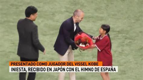 Andrés Iniesta recibido con el himno de España en Japón