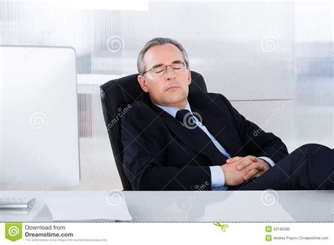 dans le bureau homme d 39 affaires dormant au bureau dans le bureau photo