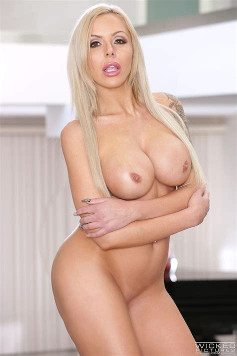 Nina Elle Decided To Get Completely Naked Milf Fox