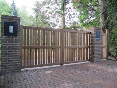 dichte houten inrijhekken en inrijpoorten farm poorten