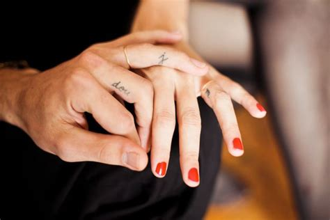 ce qu il faut savoir avant de se faire un tatouage sur les doigts tatouage poignet