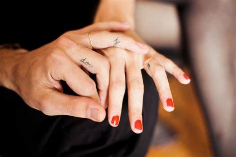 tatouage femme doigt initiales  prenom tatouage femme