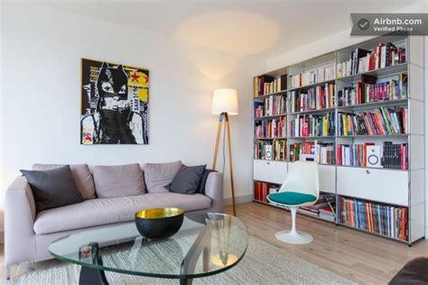 salon avec un canap 233 gris un tableau bd et une grande biblioth 232 que