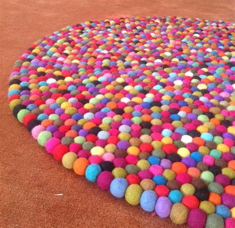runder bunter teppich die besten 25 filzkugel teppich ideen auf filzkugel nassfilzen projekte und