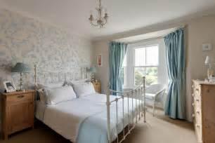 wohnideen schlafzimmer landhausstil englischer landhausstil in hellblau roomido