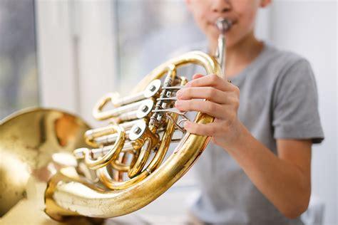 Si buscas instrumentos musicales caseros que suenen este fabricado a base de palo con una forma en y es perfecto. Nombres de instrumentos musicales y clasificación