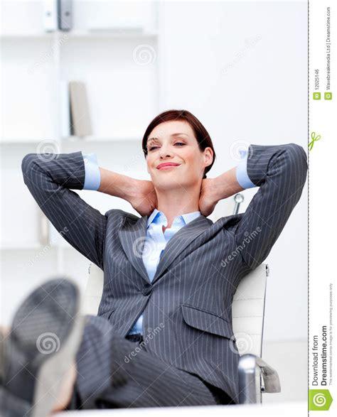 le de bureau sur pied femme d 39 affaires s 39 asseyant dans le bureau avec des pieds