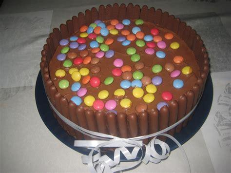 decorer un gateau d anniversaire avec des smarties home baking for you photo