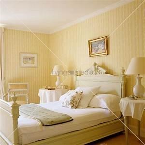 helles schlafzimmer im traditionellen stil mit gelb With balkon teppich mit gelbe tapete