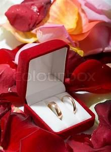 Blumen In Der Box : zwei eheringe in der box mit vielen blumen auf den hintergrund stock foto colourbox ~ Orissabook.com Haus und Dekorationen