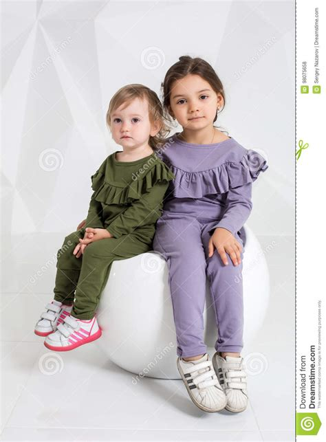 kindergeburtstag mädchen 5 jahre kinder zwei schwestern 1 5 und 5 jahre alt in den identischen kost 252 verschiedenen farben
