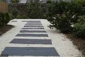 Pas japonais en ardoise noire naturelle pour cheminer dans for Faire une allee de jardin avec des dalles 3 pas japonais en ardoise noire naturelle pour cheminer dans