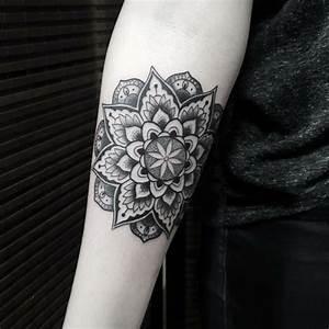 Tattoo Schwarz Weiß : das blackwork tattoo f r ein schlichtes und doch eindrucksvolles design ~ Frokenaadalensverden.com Haus und Dekorationen
