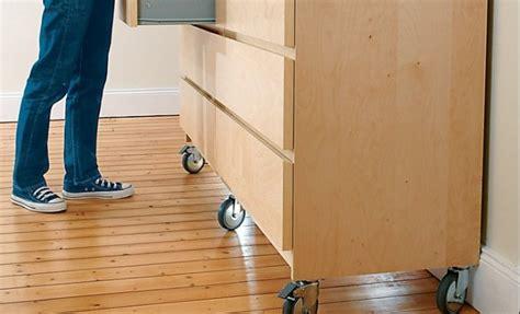 comment fixer un meuble de cuisine au mur fixer palette en bois sur le mur meuble