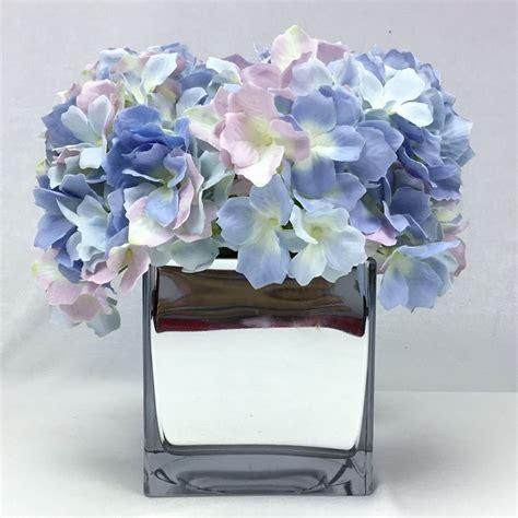 แจกันดอกไม้ประดิษฐ์ ดอกไฮเดรนเยียจัดในแจกันแก้วสี่เหลี่ยม ...
