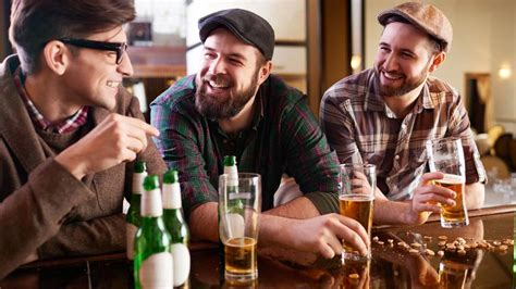 alkohol  massen warum ein drink gluecklich machen koennte