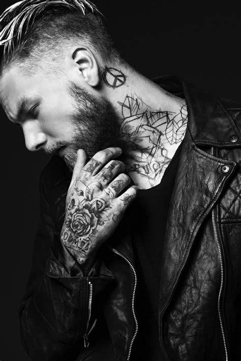 tatouage cou homme bebe barbe noir et blanc avec tatouage bras tatouage