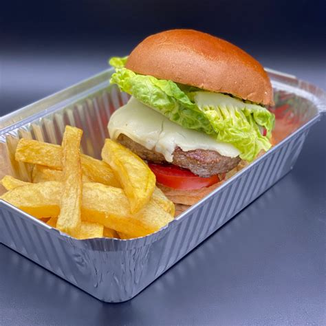 Una hamburguesa es un sándwich hecho a base de carne molida o de origen vegetal, aglutinada en forma de filete cocinado a la parrilla o a la plancha, aunque también puede freírse u hornearse. 28 de Mayo día de la hamburguesa... y en terraza