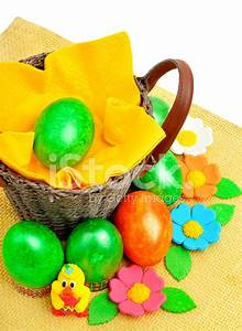 Panier Oeufs De Paques : panier avec oeufs de p ques fleurs sur serviette jaune photos ~ Melissatoandfro.com Idées de Décoration