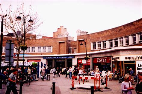 File:Uxbridge Underground Station, High Street, Uxbridge ...