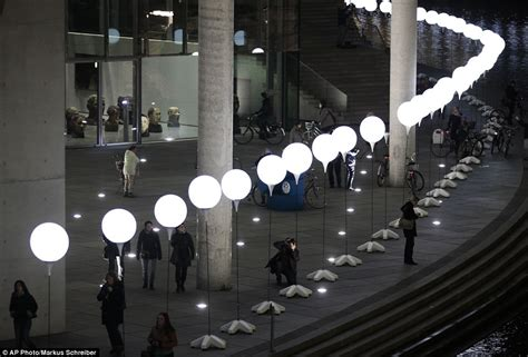 8 000 balloons light up berlin wall as germany marks 25