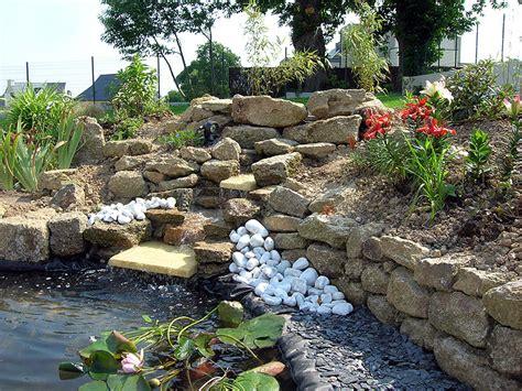 petit bassin de jardin avec cascade images