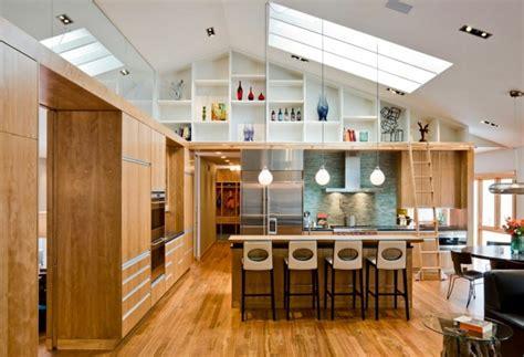 stunning split level house interior am 233 nager une pi 232 ce avec un haut plafond design