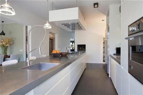 witte keuken met grijs blad grijs blad witte keuken en donkere vloer woonkeuken