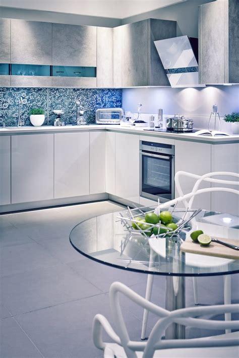 armoires de cuisine blanches avec quels murs  credence