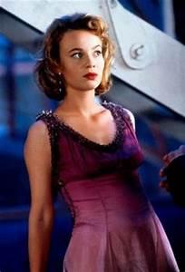 Samantha Mathis as Princess Daisy from Super Mario Bros ...
