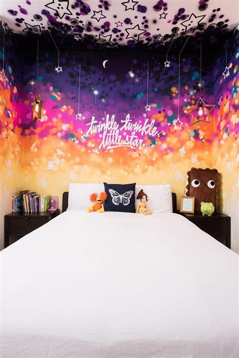 fresque murale chambre fille maison contemporaine à la décoration brute