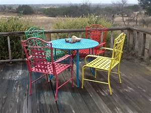Diy spray paint metal patio furniture landscaping for Painted metal patio furniture