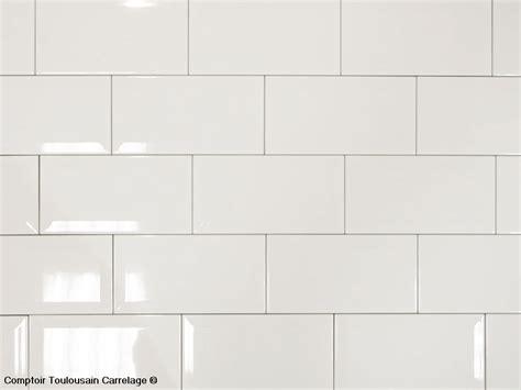 joint carrelage mural cuisine photo d 39 ambiance du carrelage 10x20 blanc biseauté métro