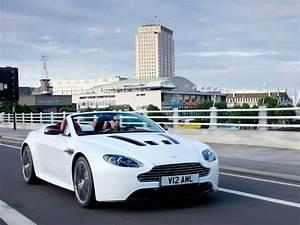 Nouvelle Aston Martin : la nouvelle aston martin v12 vantage roadster officialis e ~ Maxctalentgroup.com Avis de Voitures