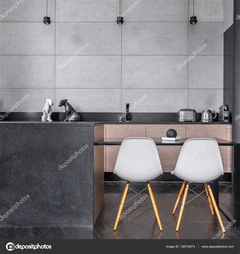 stock piastrelle cucina cucina con piastrelle di parete grigia foto stock
